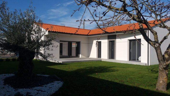 maisons-lara-constructeur-leader-charente-maritime-agence-17-royan-contemporain-petit-budget-terrains-proche-mer-terrasse-dalles-sur-plots