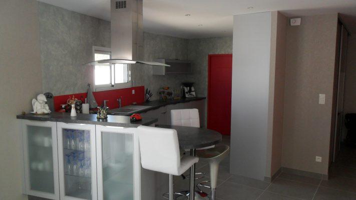 photo cuisine equipée gris et rouge