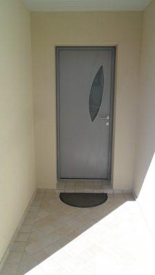 photo porte d entrée alu sous porche carrelé